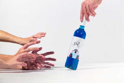 Tecnovino vino azul Gik manos