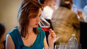 Las mujeres prefieren el vino tinto, según una encuesta de Amavi