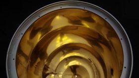 Una barrica de acero inoxidable revestida de oro en su interior