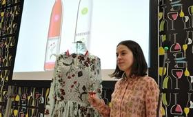 El vino Homenaje brilla con las flores de Elena Rial