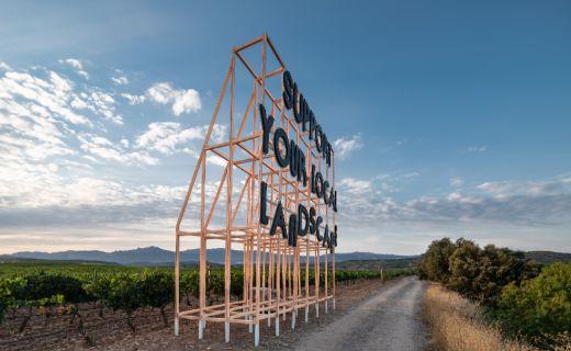 "Tecnovino obra ""Support Your Local Landscape"" instalada en Viña Lanciano por Festival Concéntrico"